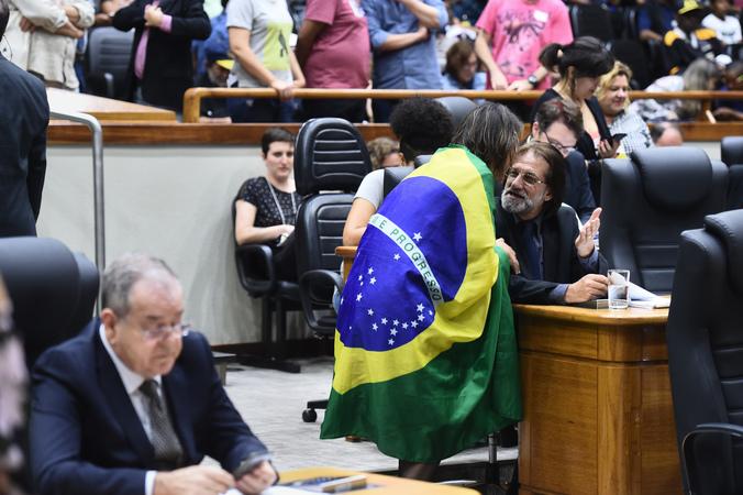 Movimentação de plenário. Vereadora Comandante Nádia e vereador Aldacir Oliboni