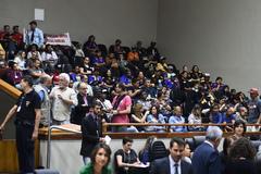 Movimentação de plenário. Público nas galerias