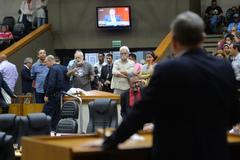 Movimentação de plenário. Na tribuna, vereador Idenir Cecchim.