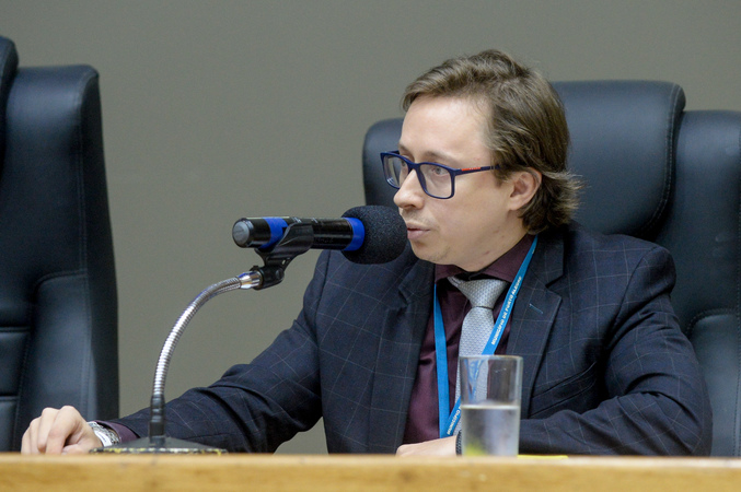 Comissão debate o  Projeto de Lei do Executivo – PLCE 015/19, que visa a regularização do IMESF e possibilidade de aproveitamento dos atuais funcionários do instituto. Na foto, o representante jurídico da SMS.