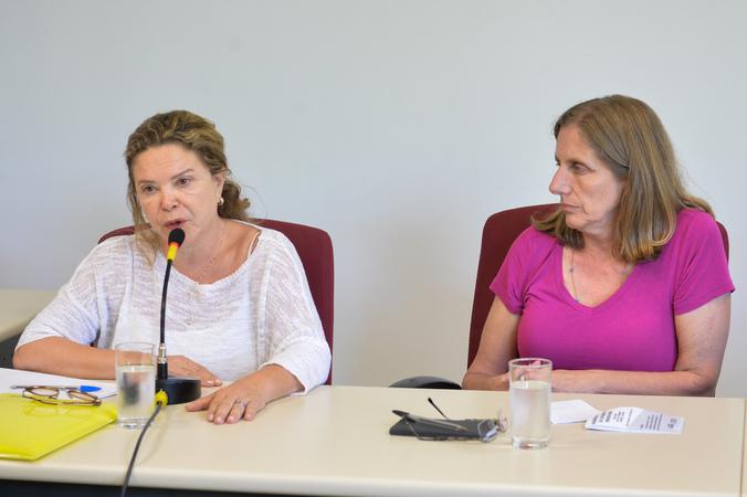 Discute assédio moral na administração pública de Porto Alegre. Ao microfone, coordenadora do FOMTAS, Jucemara Beltrame.