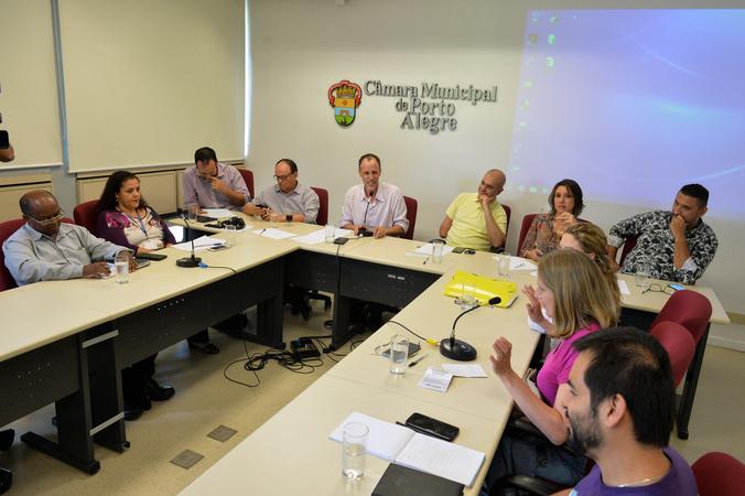 Discute assédio moral na administração pública de Porto Alegre.