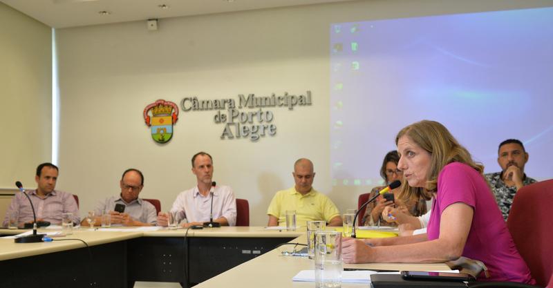Discute assédio moral na administração pública de Porto Alegre. Ao microfone, diretora do SIMPA, Cindi Sandri.