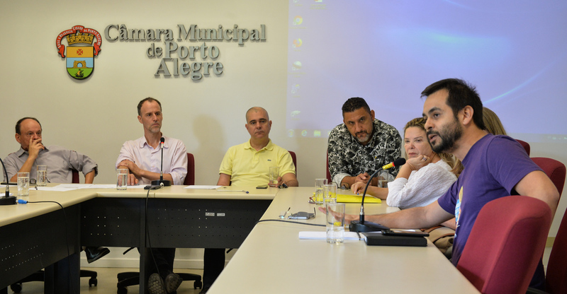 Discute assédio moral na administração pública de Porto Alegre. Ao microfone, diretor-geral da ATEMPA, Marcus Vianna.