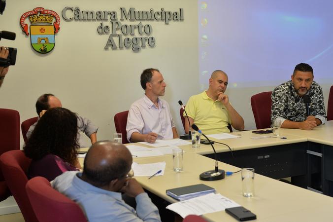 Discute assédio moral na administração pública de Porto Alegre. Ao microfone, vereador Cláudio Conceição.