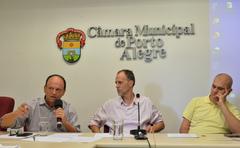 Discute assédio moral na administração pública de Porto Alegre. Ao microfone, vereador João Bosco Vaz.
