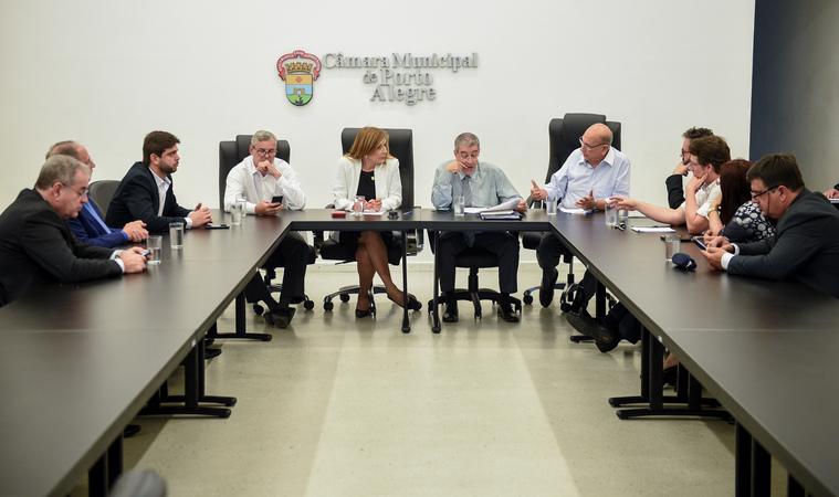Presidente Mônica Leal coordena a Reunião de Líderes.