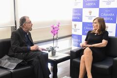 Presidente Mônica Leal recebe convite para a Feira de Espumantes. Na foto, a presidente com  Ivo Czamanski, da agência Phoenix