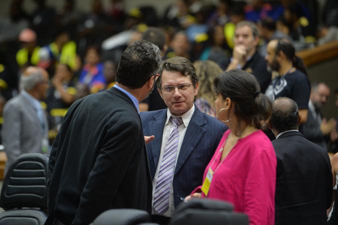 Movimentação de plenário. Na foto, vereadores Roberto Robaina e Prof. Alex Fraga.