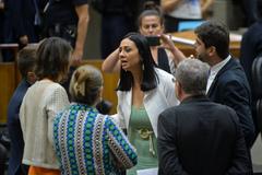 Movimentação de plenário. Na foto, presidente da Carris, Helen Machado e vereadores.
