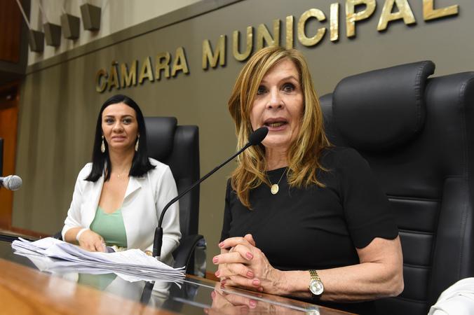 Movimentação de plenário. na foto, presidente da Carris, Helen Machado e presidente da Câmara Mônica Leal.