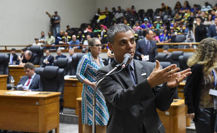 Movimentação de plenário. Ao microfone, vereador Cássio Trogildo.