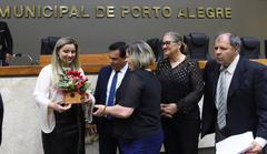 Período de Comunicações Temáticas para apresentação do trabalho desenvolvido pela Delegacia de Proteção ao Idoso de Porto Alegre. Na foto: a delegada Cristiane Pires Ramos com os vereadores da Capital