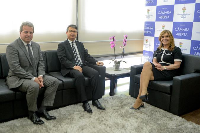 Presidente Mônica Leal recebe a visita do novo presidente do TRF-4, Sr. Victor Luiz Laus.