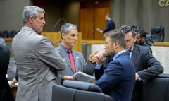 Movimentação de plenário. Na foto, vereadores Mauro Pinheiro, Cassio Trogildo e Mendes Ribeiro.