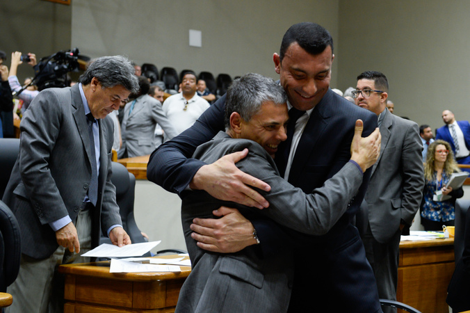 Vereadores Cassio Trogildo e Comissário Rafão Oliveira comemoram aprovação de projeto.