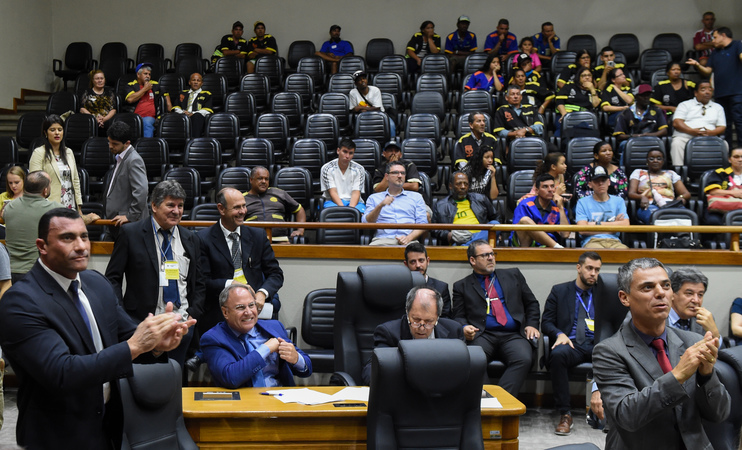 Vereadores comemoram aprovação do projeto.