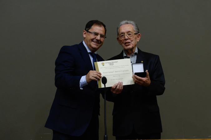 Sessão Solene de outorga da Comenda Porto do Sol ao Pastor Samuel Dietrich Espíndola. Na foto: vereador Hamilton Sossmeier e o homenageado.