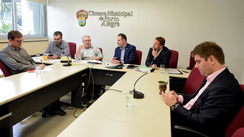 CCJ - CCJ discute a regularização do registro do Porto Seco.Na foto, o Sr. Piero Locatelli Todeschini, arquiteto do Sport Club Internacional, compondo a mesa ao lado dos vereadores da comissão. (Foto: Elson Sempé Pedroso/CMPA)