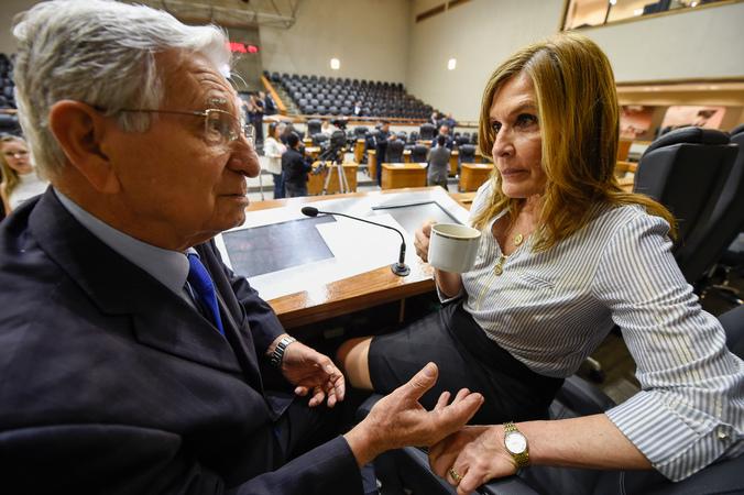 Reunião conjunta das comissões para votação de projetos e retomada do projeto do Orçamento 2020. Na foto, o vereador João Carlos Nedel e a Presidente da Casa, Mônica Leal.