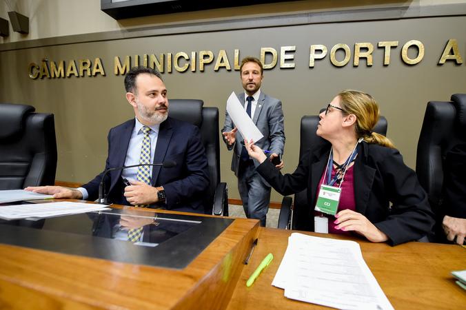 Reunião conjunta das comissões para votação de projetos e retomada do projeto do Orçamento 2020. Na foto, os vereadores Ricardo Gomes e Mendes Ribeiro.