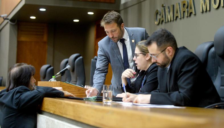 Reunião conjunta das comissões para votação de projetos e retomada do projeto do Orçamento 2020. Na foto, os vereadores Mendes Ribeiro e Aldacir Oliboni.