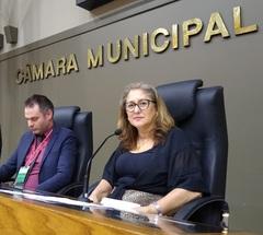 Vereadora Lourdes presidindo sessão da CMPA