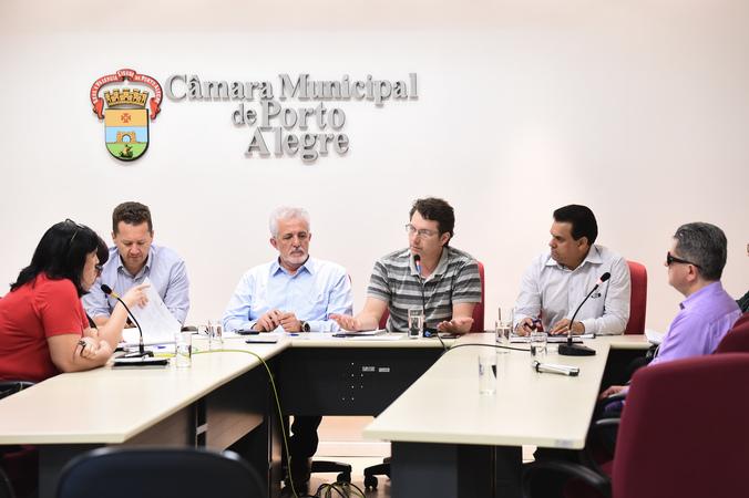 Políticas de acompanhamento de pessoas com autismo em Porto Alegre.