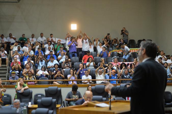 Movimentação de plenário. Na tribuna, vereador Roberto Robaina.