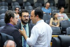Na foto, os vereadores Moisés Barboza (D) e Professor Alex Fraga (E) com o secretário municipal de educação, Adriano Naves de Brito
