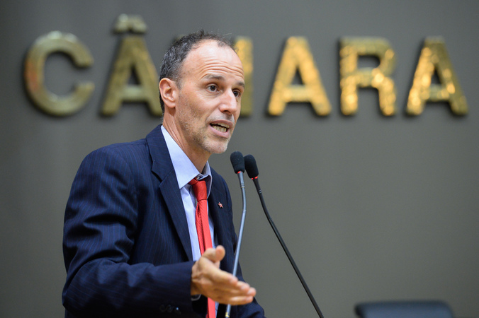 Vereador Marcelo Sgarbossa na tribuna. Retrato.
