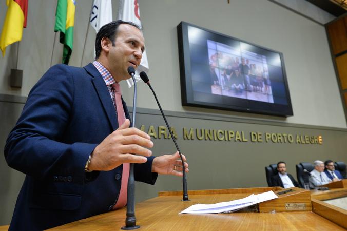 Sessão Solene de outorga do Título de Cidadão Emérito de Porto Alegre ao Senhor Cesar Fernando da Silva Paz. Na foto, vereador Moisés Barboza.