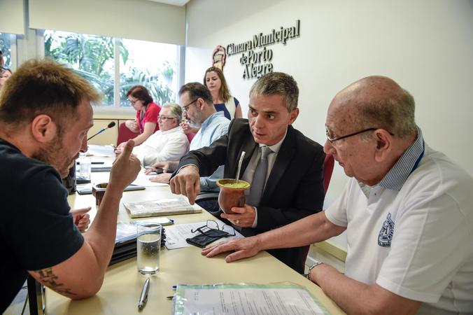 Análise de processos e relatórios.  Vereadores Adeli Sel, Ricardo Gomes, Reginaldo Pujol, Cássio Trogildo e Mendes Ribeiro