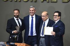 Proprietários do Grupo Epavi exibem troféu e certificado concedidos pela Câmara