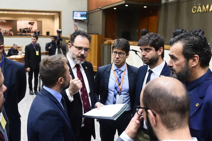 Movimentação de Plenário. Vereadores Ricardo Gomes, Felipe Camozzato, Claudio Janta e Mendes RIbeiro com assessores