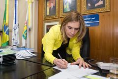 Presidente Mônica Leal assina ofício