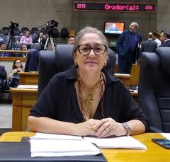 Vereadora Lourdes Sprenger na sessão extraordinária