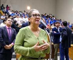 Vereadora em votação no Plenário