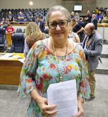 Vereadora em votação de projeto, no Plenário