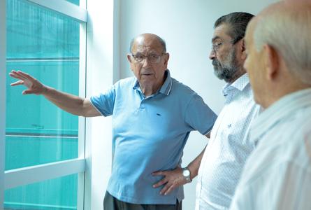 Reginaldo Pujol (e) e Antônio Hohlfeldt (c) percorreram instalações do Theatro São Pedro
