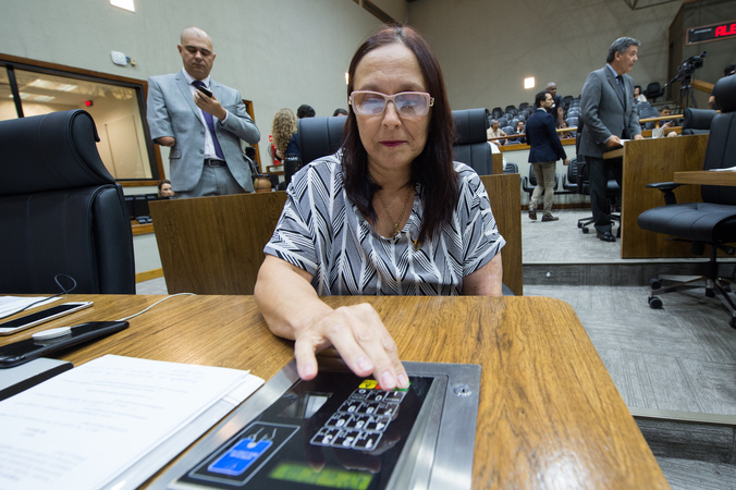 Movimentações no Plenário. Na foto: vereadora Claudia Araujo em votação.