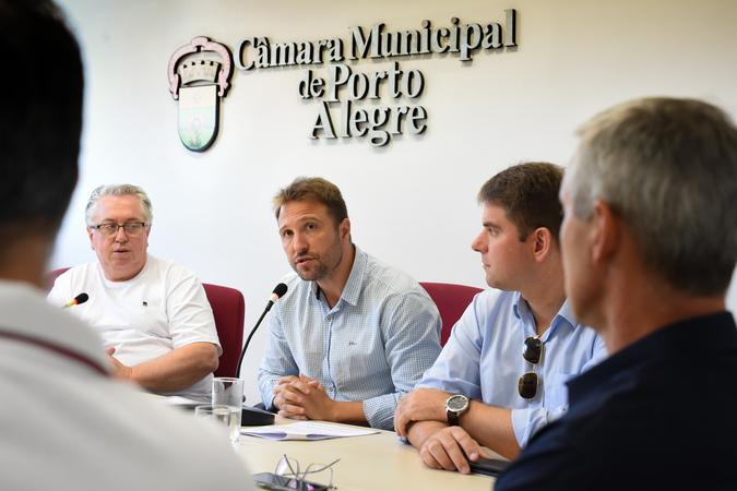 Votação de pareceres. Na foto, da esq.: vereadores Adeli Sell, Mendes Ribeiro, Márcio Bins Ely, Mauro Pinheiro.