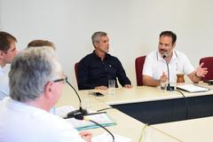 Votação de pareceres. Na foto, da esq.: vereadores Mauro Pinheiro e Ricardo Gomes