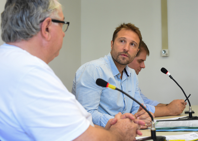 Votação de pareceres. Na foto, da esq.: vereadores Adeli Sell, Mendes Ribeiro, Márcio Bins Ely.