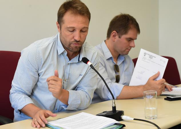 Votação de pareceres. Na foto, da esq.: vereadores Mendes Ribeiro e Márcio Bins Ely