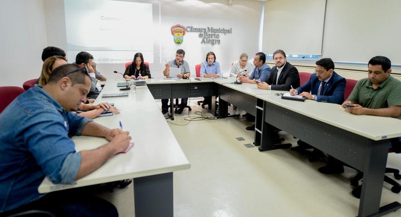 Comissão discute pautas relacionadas ao atendimento da saúde em Porto Alegre.