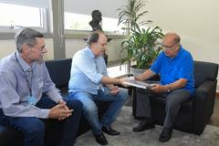 Reunião com a diretoria do Veteran Car Club Porto Alegre. Na foto, Eduardo Scaravaglione (c), Telmo Ricardo Wollmann (e), presidente da CMPA, vereador Reginaldo Pujol
