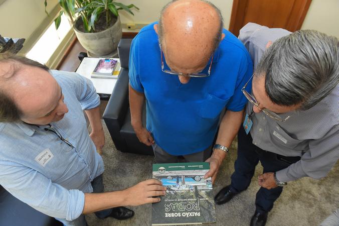reunião com a diretoria do Veteran Car Club Porto Alegre. Na foto, Eduardo Scaravaglione (e), Telmo Ricardo Wollmann (d), presidente da CMPA, vereador Reginaldo Pujol