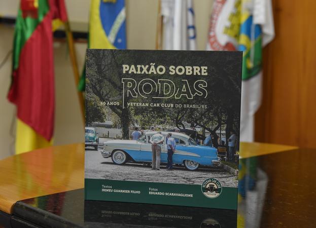 Reunião com a diretoria do Veteran Car Club Porto Alegre. Na foto, livro que celebra os 40 anos da entidade. Autoria de Eduardo Scaravaglione e Irineu Guarnier Filhol