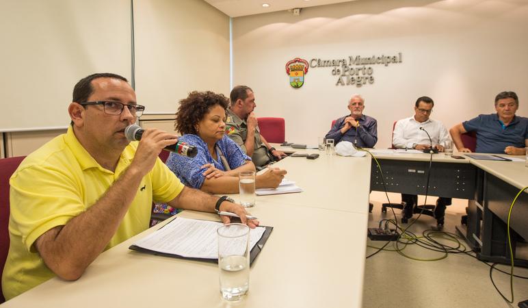 Reunião para tratar da realização do carnaval o ficial e carnaval de rua de Porto Alegre. Ao microfone, Giovani Tubino, Adjunto da Secretaria Municipal de Cultura.